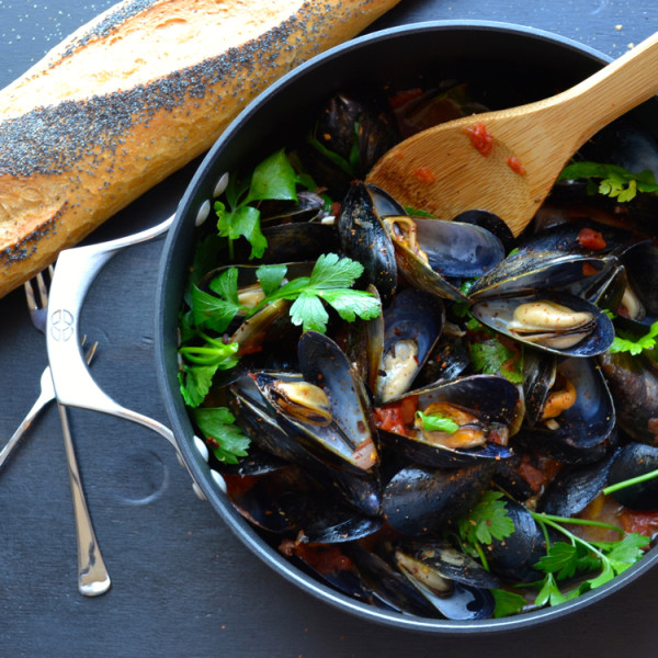 Mussels Marinara or Fra Diavolo - this authentic recipe is so simple with the most incredible sauce. Wonderful with a loaf of crusty bread or over pasta! | @tasteLUVnourish