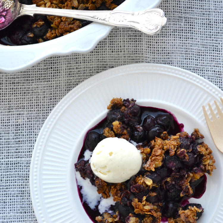 Blueberry Crisp - this lightened up version is incredible! | @tasteLUVnourish on TasteLoveAndNourish.com
